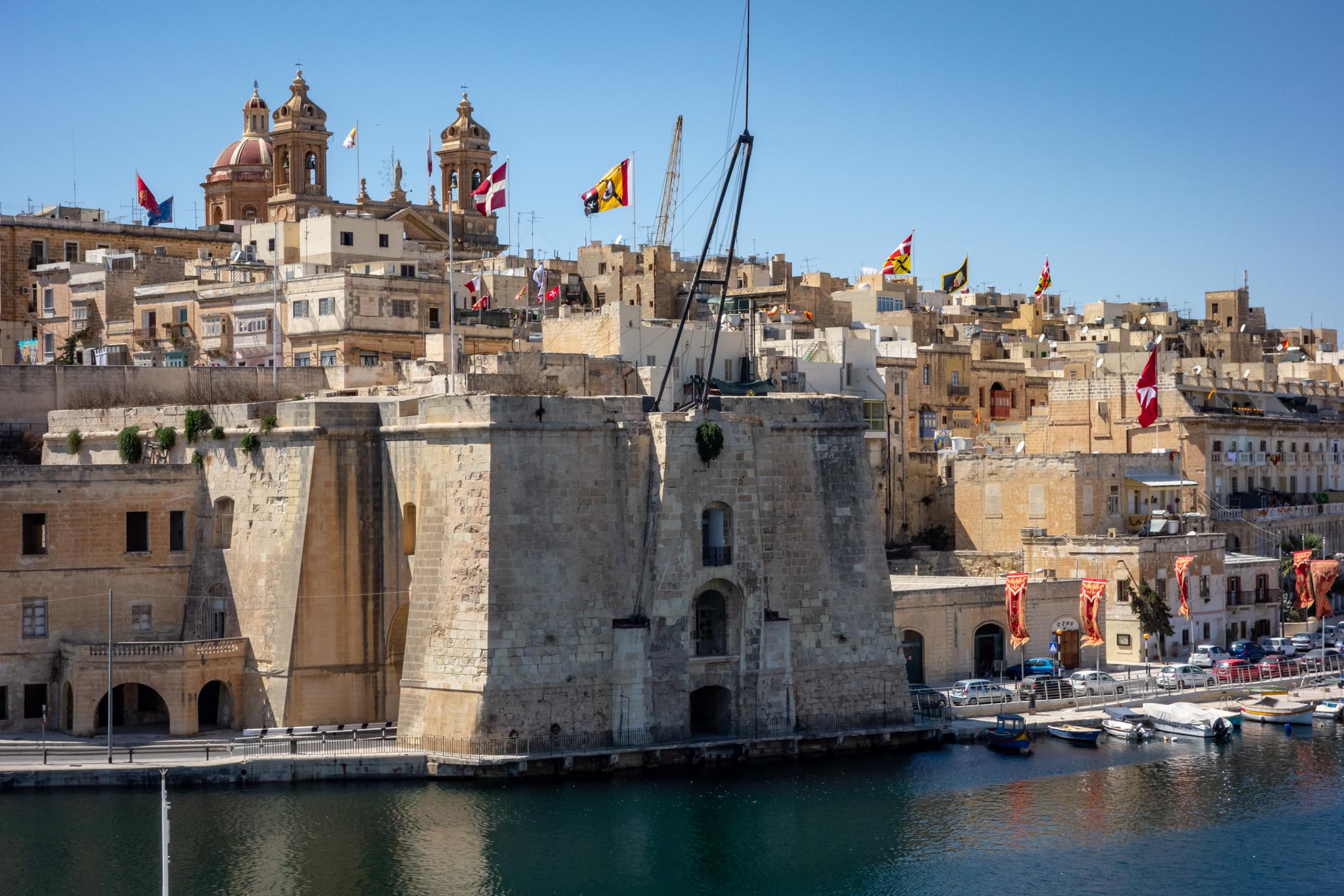 Hier eine Mauer, da eine Festungsanlage und einen Kalender voller Feiertage. Die ehemalige britische Kolonie und der kleinste Staat der EU, Malta, ist etwas, das man sich definitiv mal angeguckt haben kann. Vor allem wenn man das Glück der frühen Anreise hat.