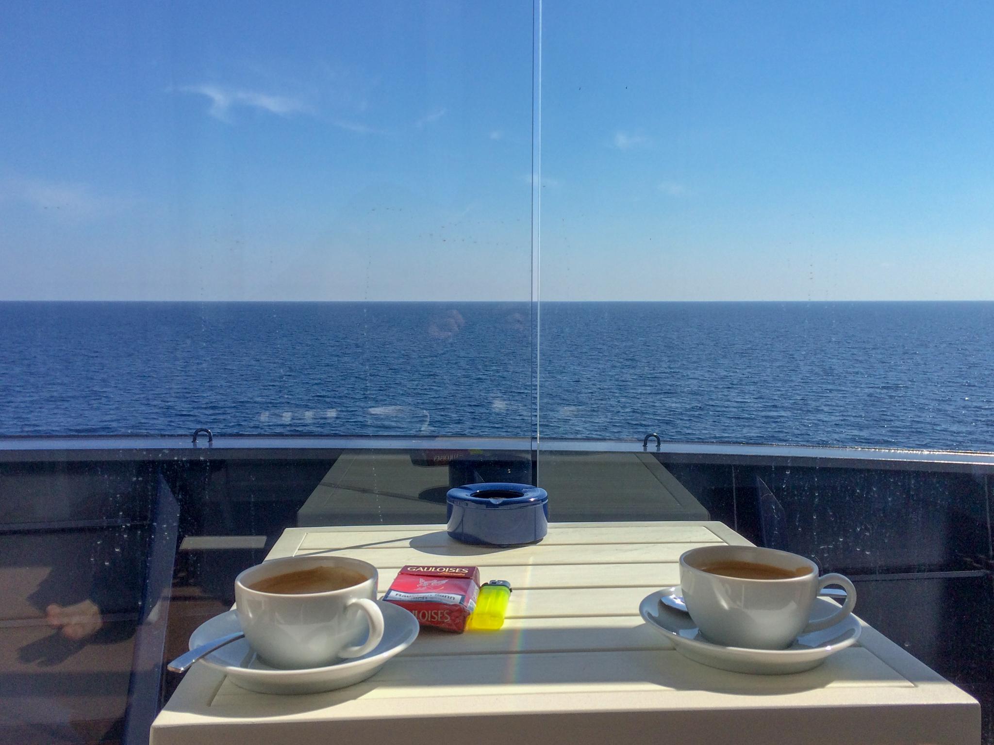 Guten Morgen! So sieht also das Frühstück im Hause Avalost an einem Seetag aus. Entspanntes Ausschlafen und eine schöne Tasse Kaffee auf dem Balkon. Das Leben könnte in dem Moment durchaus schlimmer sein. ;)